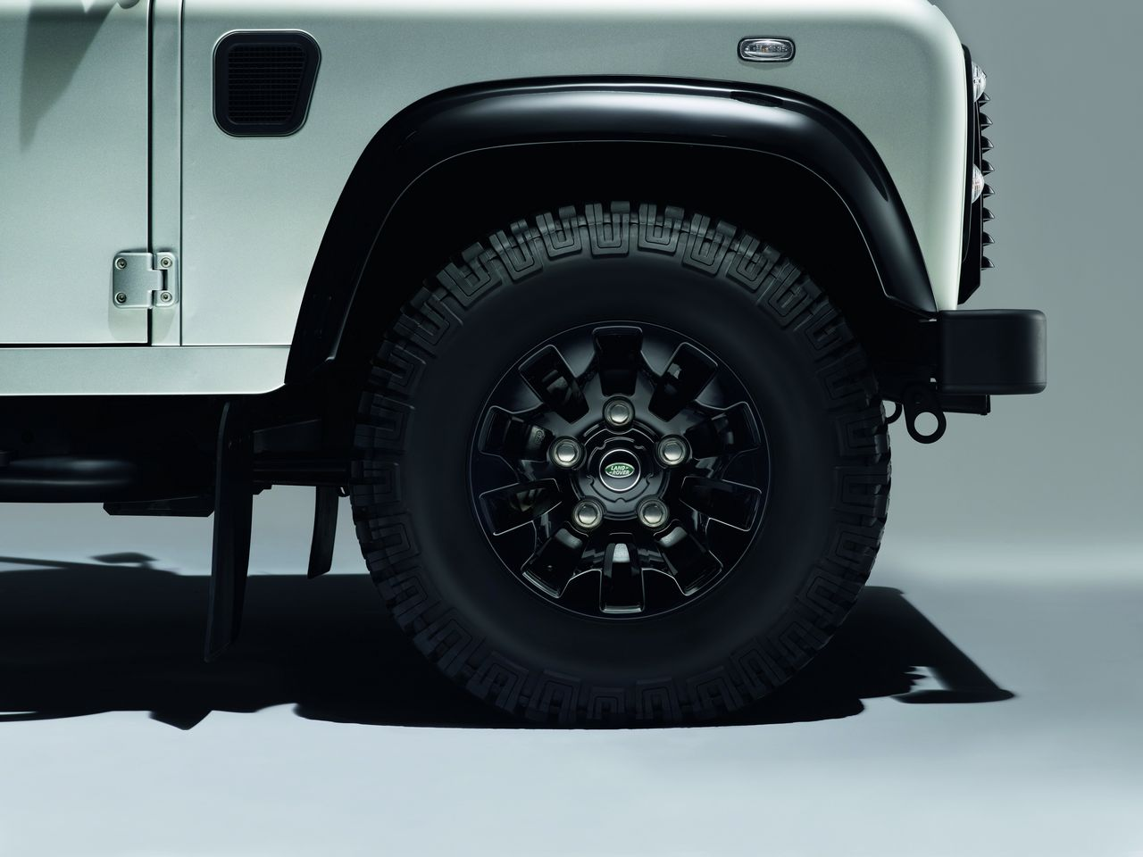 anteprima-salone-di-ginevra-2014-land-rover-defender-black-pack-e-silver-pack-special-edition-0-100_4