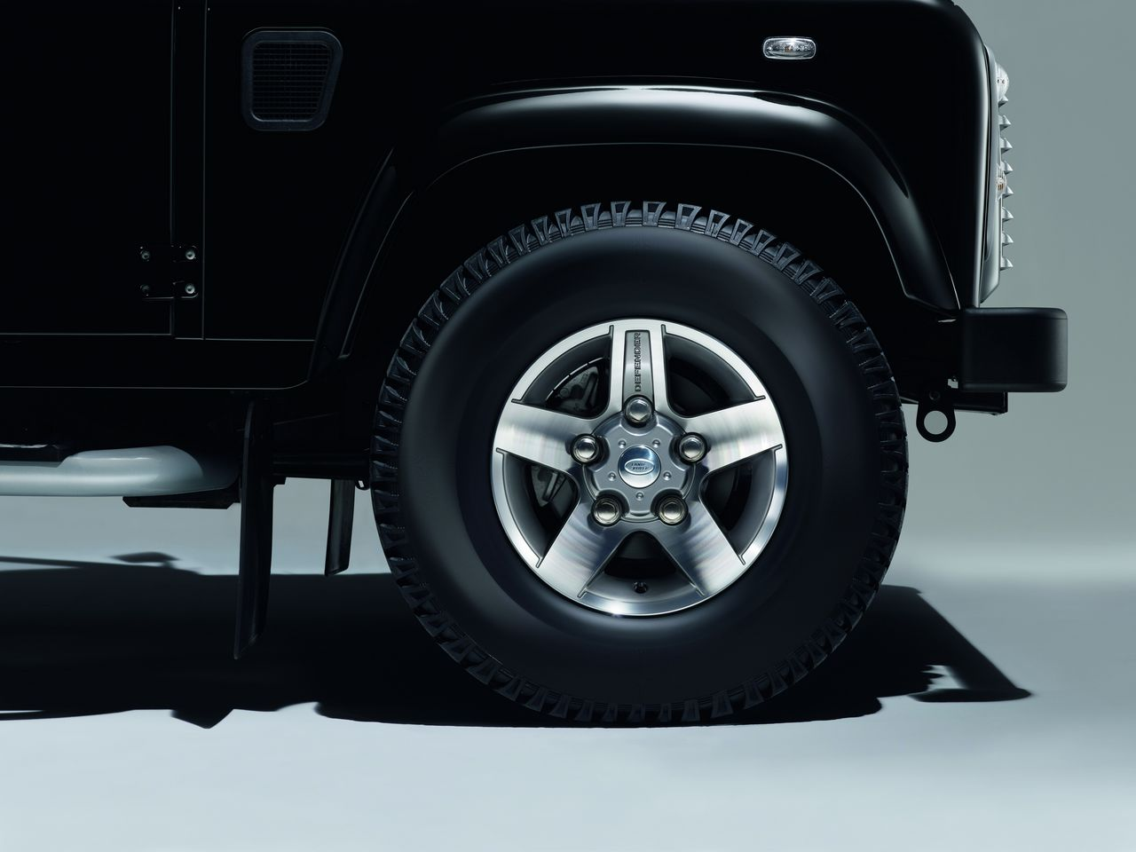 anteprima-salone-di-ginevra-2014-land-rover-defender-black-pack-e-silver-pack-special-edition-0-100_5