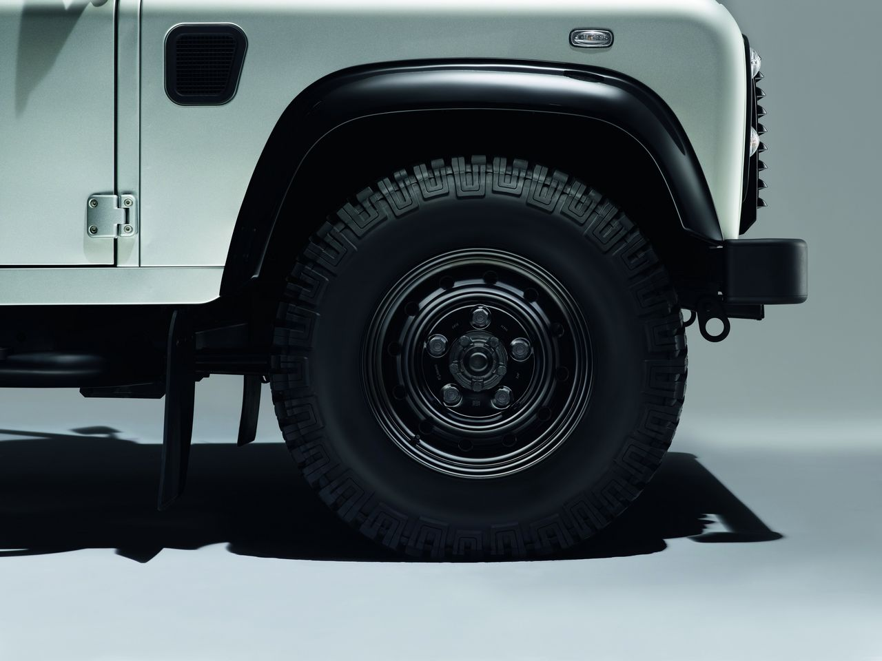 anteprima-salone-di-ginevra-2014-land-rover-defender-black-pack-e-silver-pack-special-edition-0-100_6