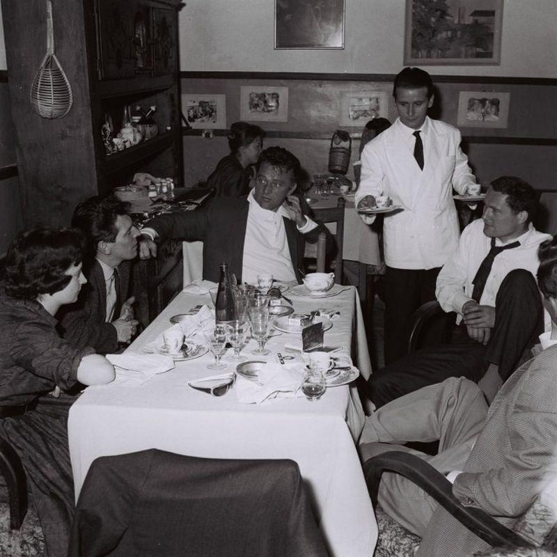 Richard Burton con amici in un ristorante a Trastevere, Roma, Giugno 1963,