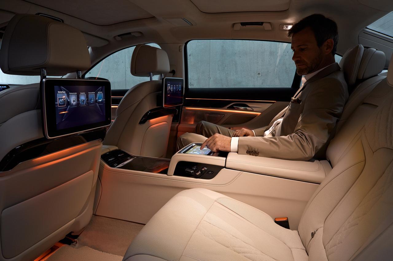 BMW-Serie-7-abitacolo-cockpit-prezzo-price-0-100_5