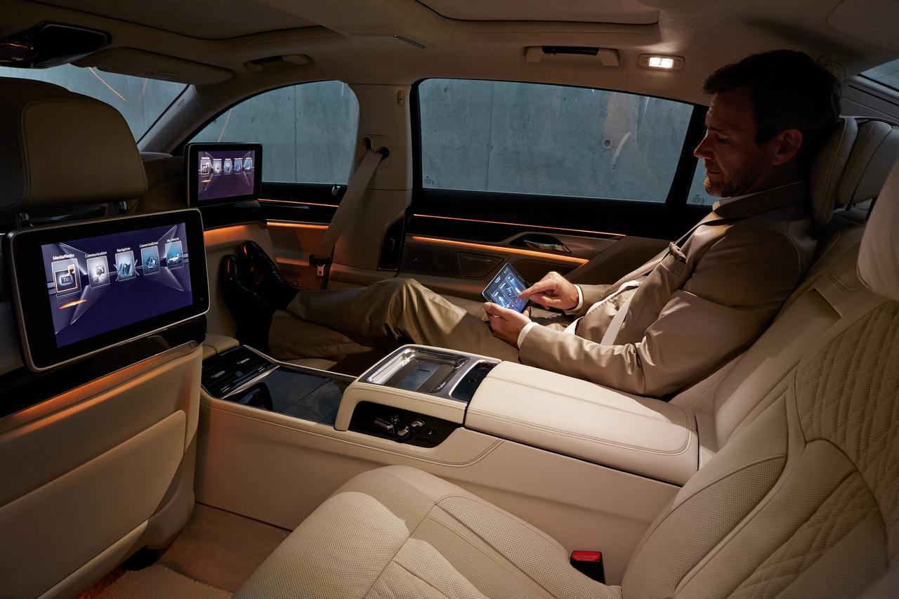 BMW-Serie-7-abitacolo-cockpit-prezzo-price-0-100_6