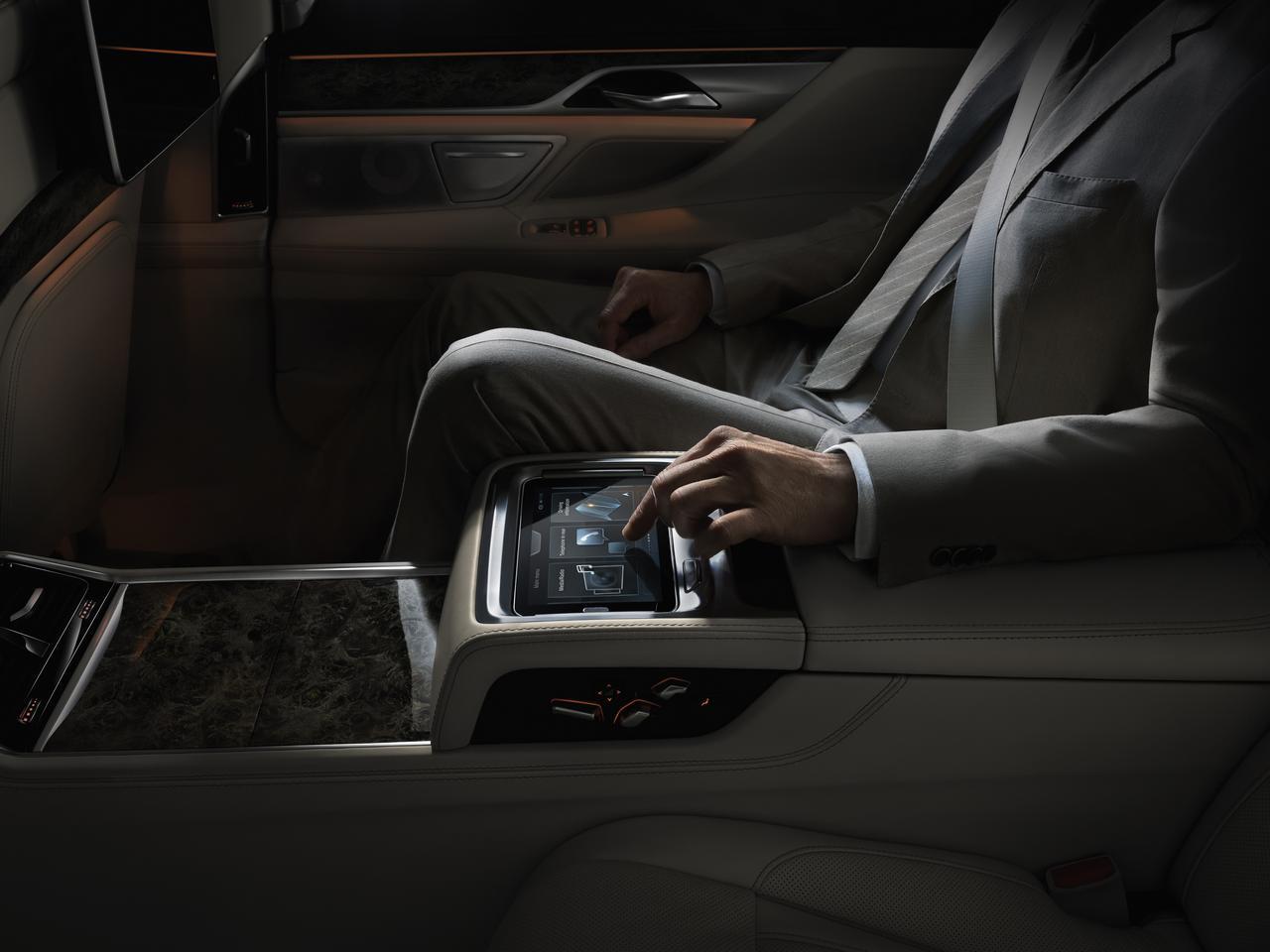 BMW-Serie-7-abitacolo-cockpit-prezzo-price-0-100_8