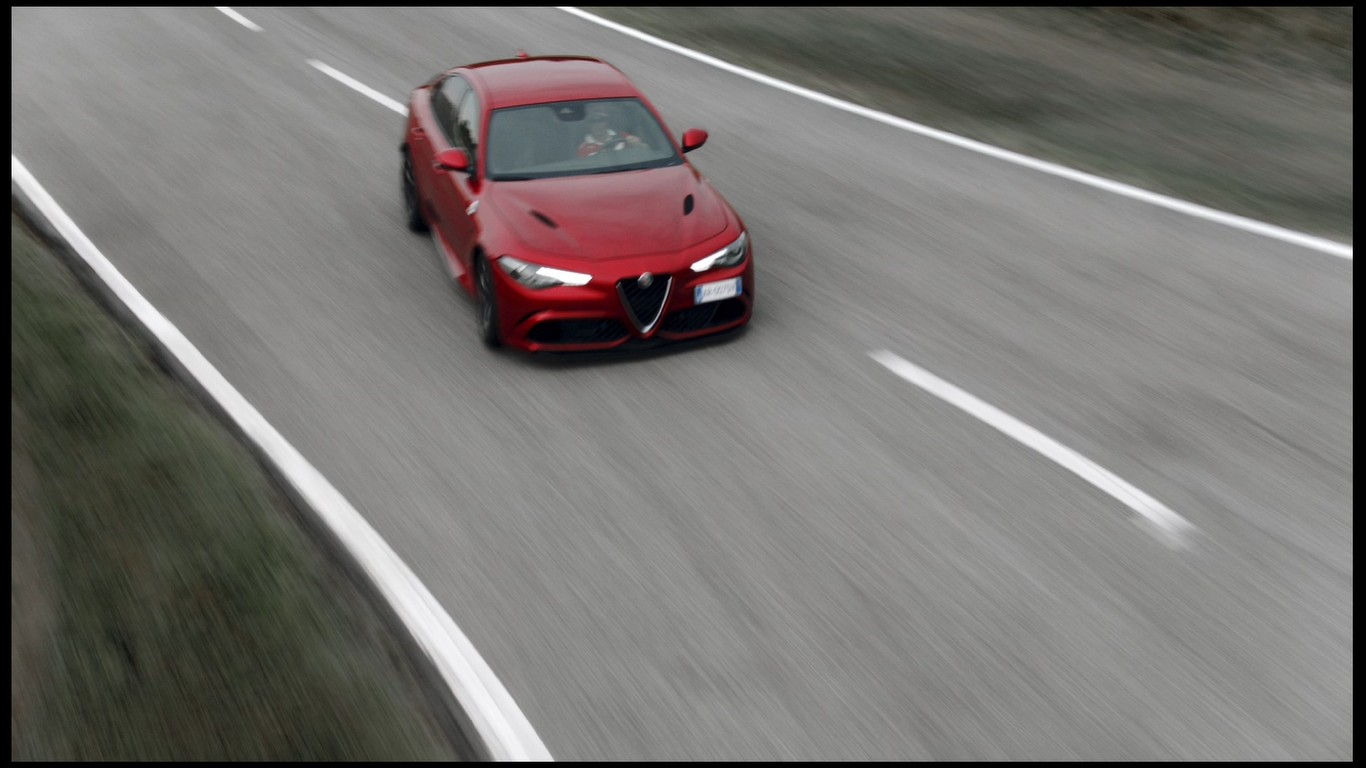 video vettel r ikk nen e giovinazzi di traverso con l 39 alfa romeo giulia quadrifoglio sulla. Black Bedroom Furniture Sets. Home Design Ideas